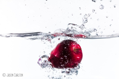 photo red delicious apple dropped in water